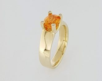14 karaat geelgouden ring met oranje granaat en 4 diamant