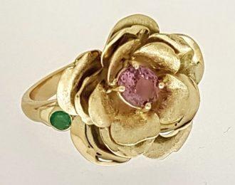 Gouden roos ring met roze saffier/smaragd