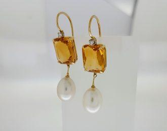 Gouden oorhangers met parel, citrien en diamant.