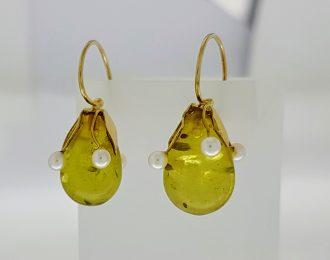 Gouden oorhangers met groene barnsteen en parel.
