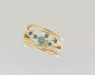 Geelgouden ring met blauwe diamant.