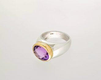 Zilver en gouden ring met amethist.