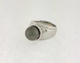 Witgouden ring met zwarte parel