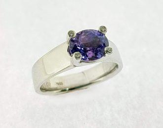 Witgouden ring met paarse saffier