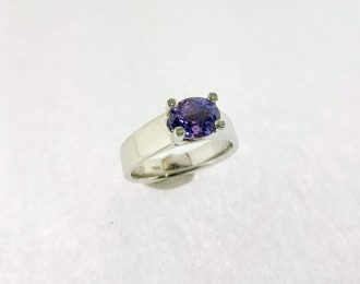 Witgouden ring met edelsteen.