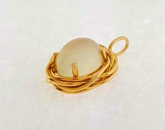 14 karaat gouden hanger met maansteen / Nestje / Handgemaakt