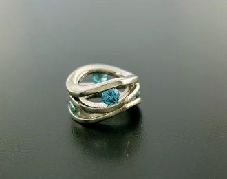 14 karaat witgouden Roll-over hanger met blauwe diamant handgemaakt.