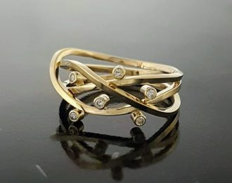 14 karaat geelgouden ring met diamant.