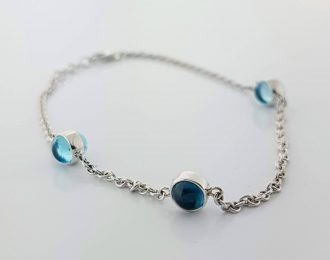 Witgouden armband met 3 kleuren blauwtopaas.