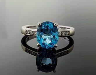 Witgouden reuma ring met Blauwe Topaas.