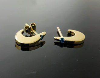 gouden oorknoppen met blauwe diamant