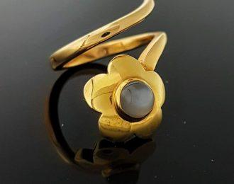18 Karaat gouden ring. Bloem met grijze maansteen