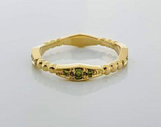 14 karaat geelgouden ring met groene diamantjes.