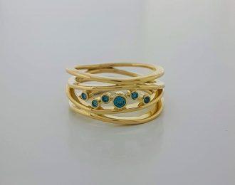 14 karaat geelgouden ring met 6 blauwe diamantjes.