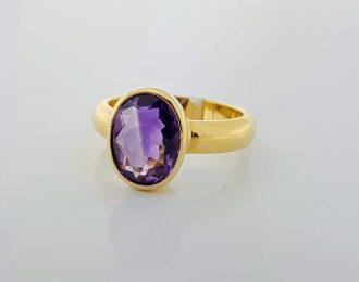 14 Karaat gouden ring met een ovale amethist.