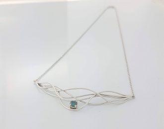14 karaat witgouden collier Wave-action met blauwe diamant 0.30 crt. Handgemaakt.