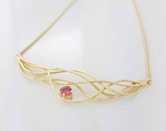 """14 karaat geelgouden collier """"Wave Action"""" met roze toermalijn."""