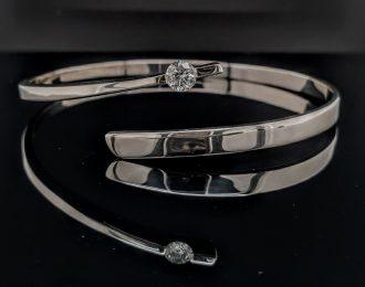 14 Karaat witgouden hand gesmede klemarmband met diamant.