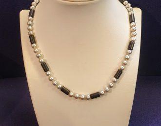 Grijs cultivé parel collier met onyx staafjes en witgoud slotje
