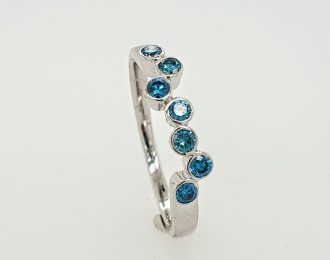 14 Karaat witgouden ring met 7 blauwe briljantjes